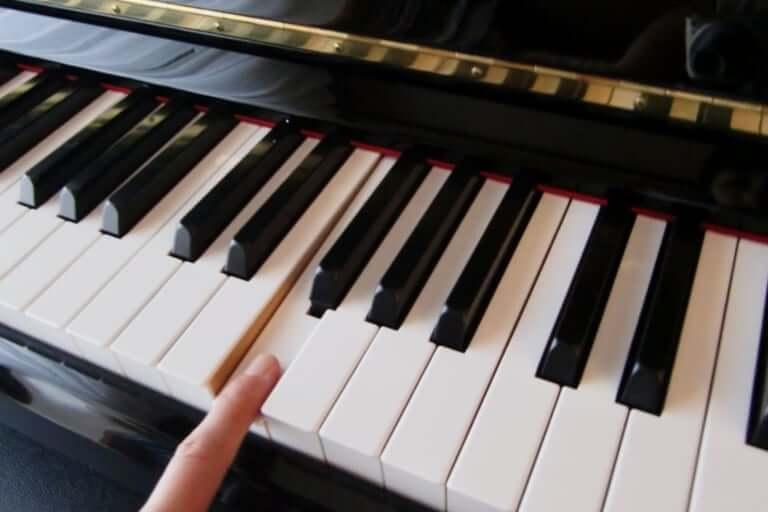 指一本の試し弾きから演奏できるピアノを弾こうよ