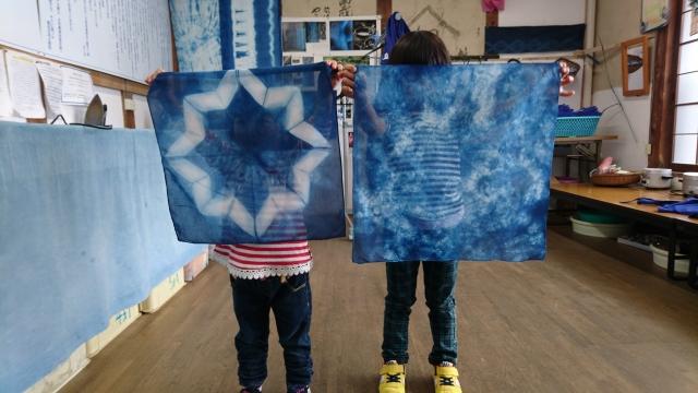 藍染の布を広げる子供