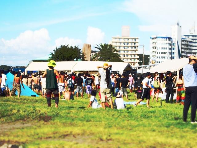 音楽フェスの野外会場に集まった人々