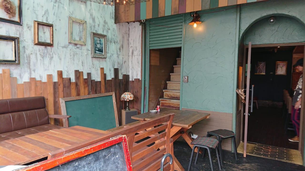 バーガーショップランドの店内のテーブルとイス