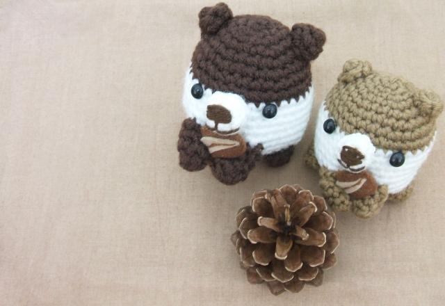 毛糸の熊野ぬいぐるみと松ぼっくり