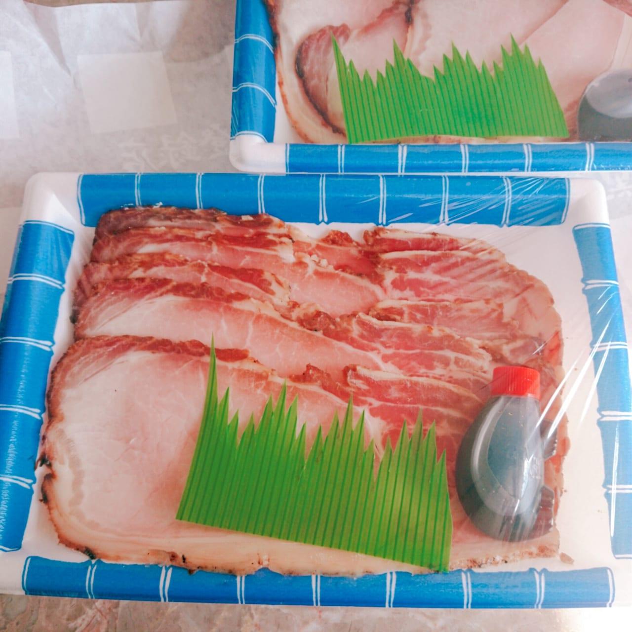 青と白のトレイに入った焼き豚とタレ