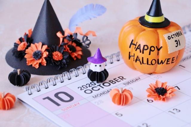 10月のカレンダーと黒い帽子とカボチャ
