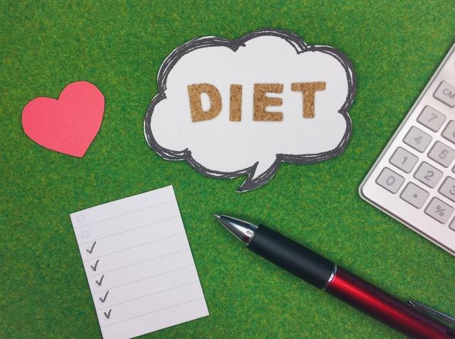 ダイエットの吹き出しとペンとハート