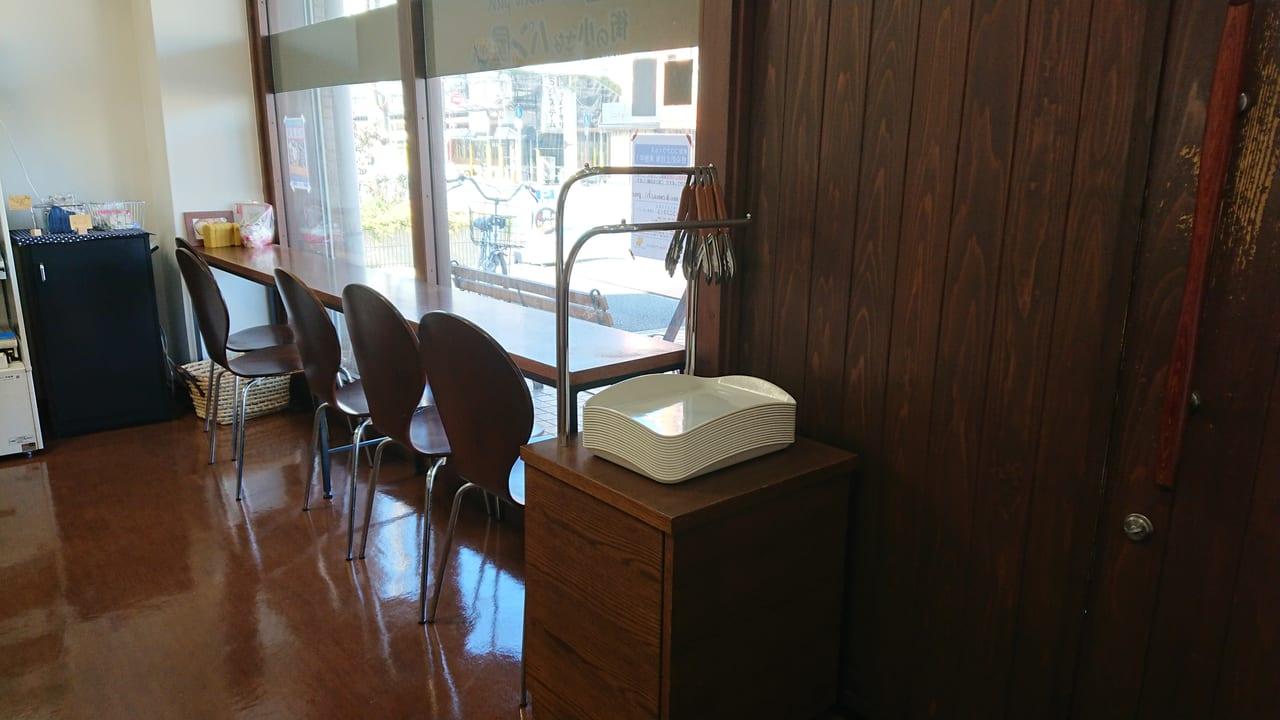 ガラス窓とカウンターテーブルと椅子