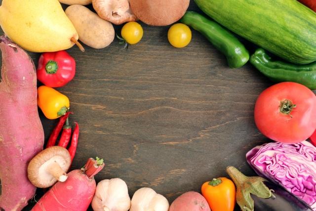 人参と洋ナシと赤カブと緑の野菜