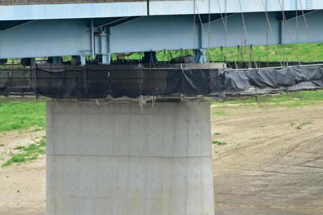 青い鉄の端とコンクリートの橋脚