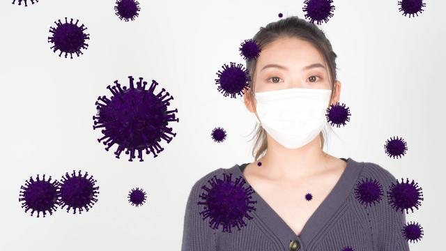マスクの女性と紫のウイルス