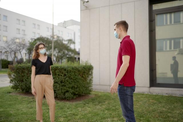 マスク着用の女性と男性