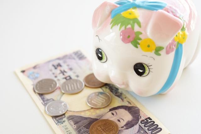 豚の貯金箱と5千冊と硬貨