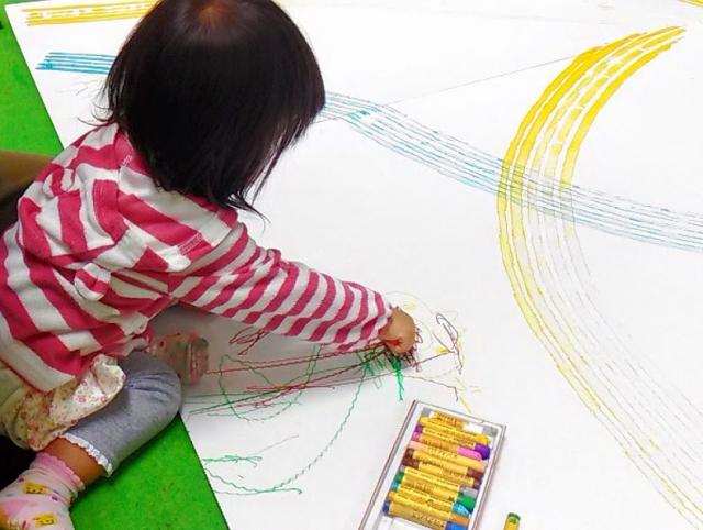 子どもと画用紙とクレヨン