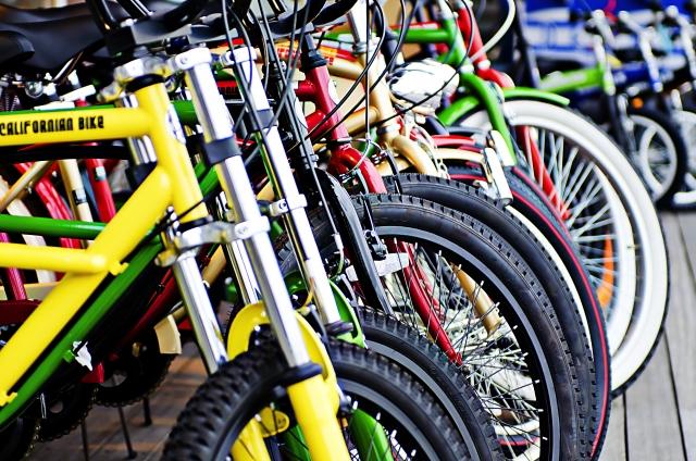 同じ方向を向くたくさんの自転車