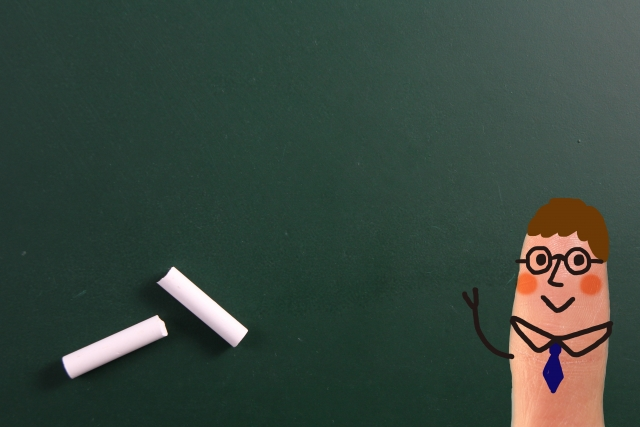 黒板とチョークと指人形