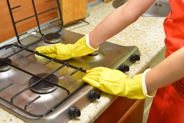 ガスレンジをゴム手袋で拭く掃除