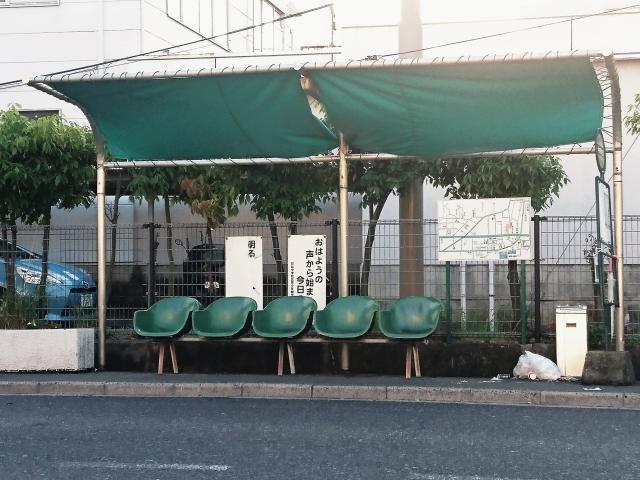 5つの緑色の椅子と緑色の屋根