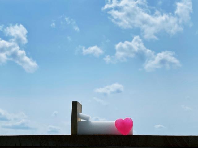 青空とベッドとピンクのハート