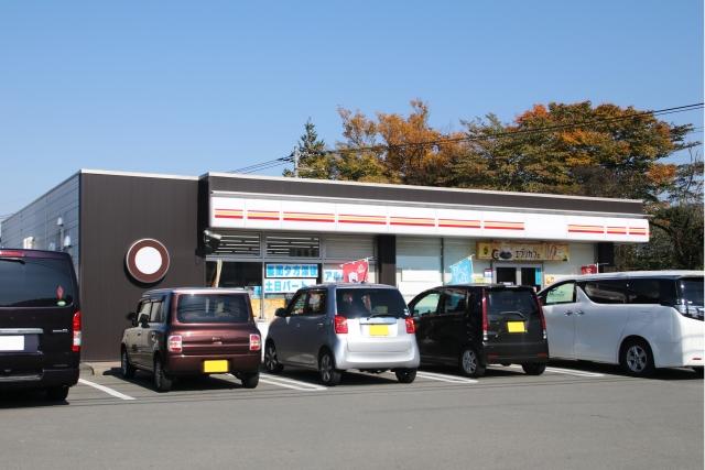 店舗の前に駐車した数台の車