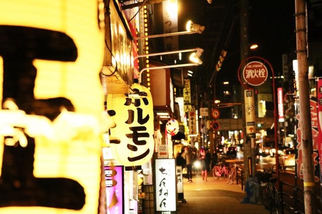 夜の町の提灯と飲み屋