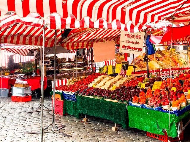 赤と白のテントの下のフルーツ