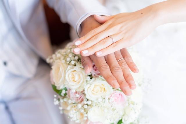 花婿と花嫁の手