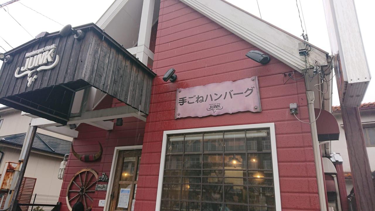 赤い壁と三角屋根の家